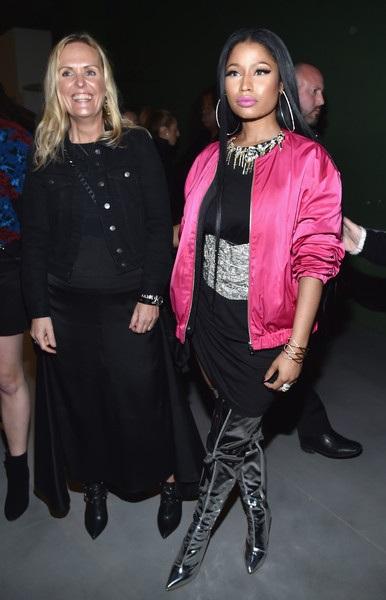 Trước đó 1 ngày, khi đi xem show diễn của H&M tại Pháp, Nicki Minaj ăn mặc kín đáo hơn rất nhiều