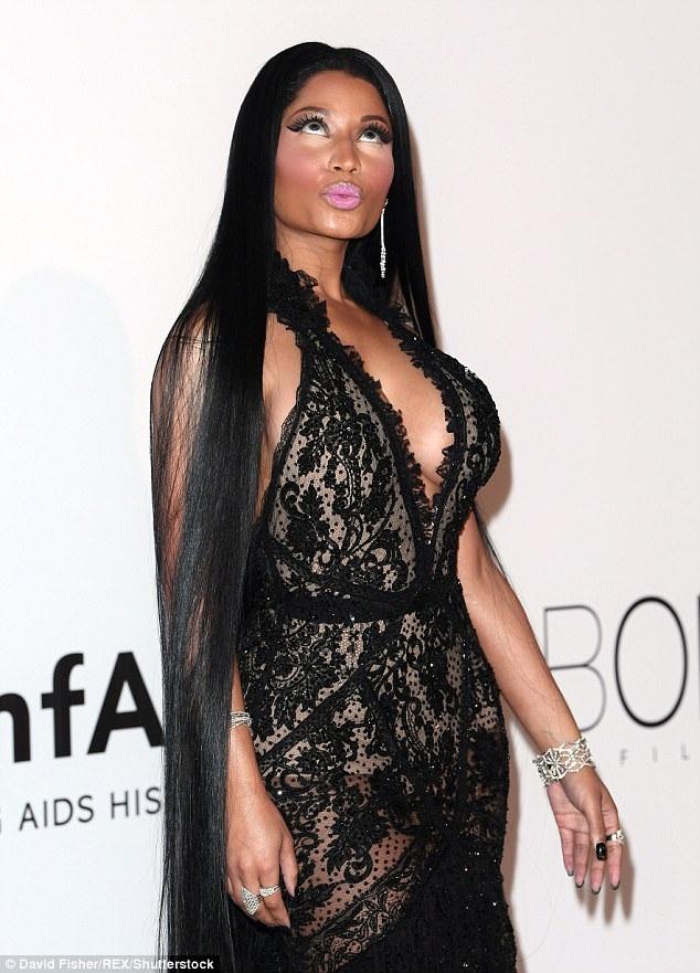 Ca sỹ gợi cảm Nicki Minaj diện váy ren đen quyến rũ
