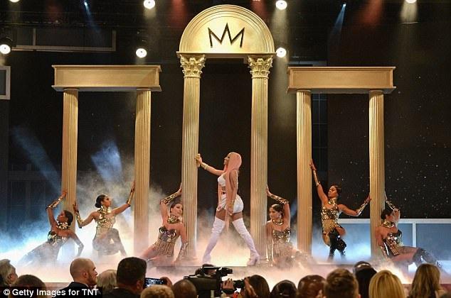 """Nicki trình diễn những bản hit của cô như """"Realize"""" và """"No Frauds"""