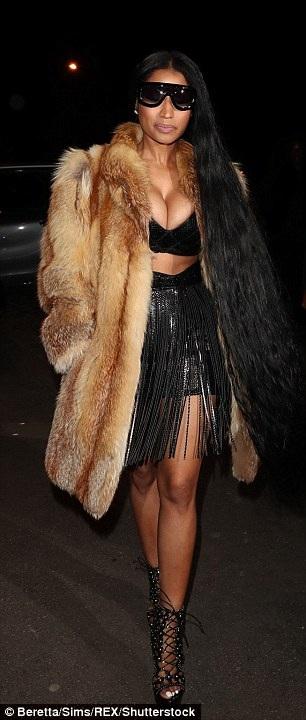 Nicki Minaj khoác thêm áo lông thú để giữ ấm