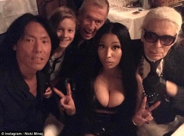 Người đẹp hội ngộ NTK của Chanel (ngoài cùng bên phải) trong buổi tiệc tối vui vẻ này