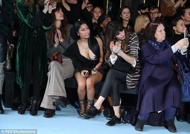 Nicki Minaj gây choáng váng với hàng trăm khách trong show diễn của Haider Ackermann tại Paris Fashion Week khi diện áo lộ nguyên một bên ngực ngồi hàng đầu xem thời trang
