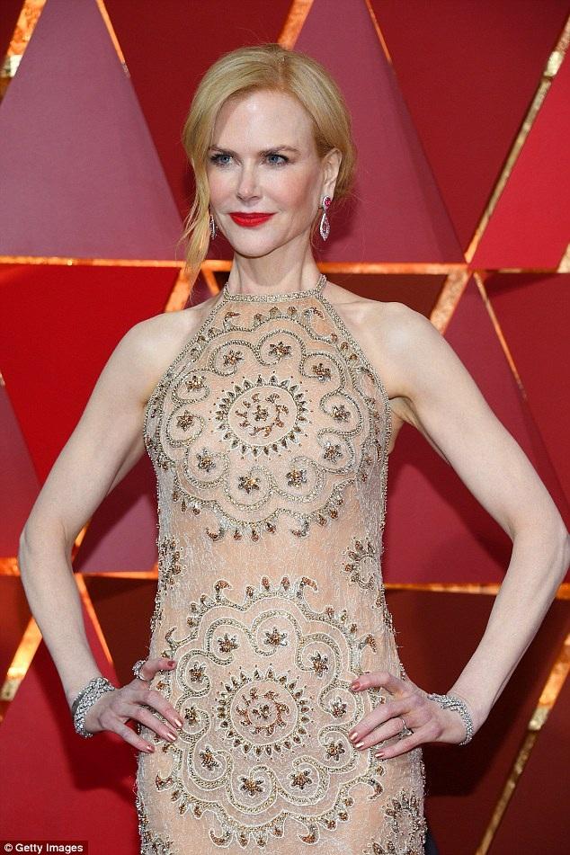 Ngôi sao người Úc mặc đẹp, trang điểm cẩn thận và đeo nữ trang đắt tiền tới dự lễ trao giải Oscar.