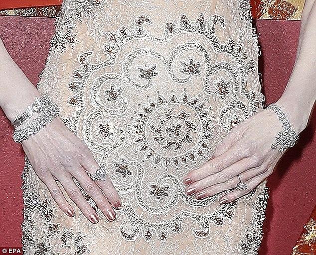 Chính những chiếc nhẫn đắt tiền và to bự trên tay đã khiến Nicole buộc phải vỗ tay theo cách riêng, đó là không chạm bàn tay vào nhau.
