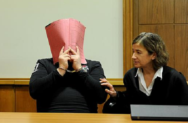 Niels H che mặt trong một phiên tòa xét xử (Ảnh: Life News)