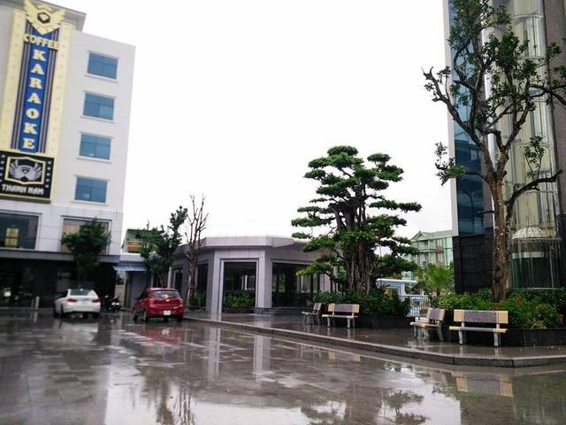 Nhà kính 1 tầng nối tòa nhà 5 tầng và 6 tầng trong trung tâm không có trong tổng thể mặt bằng đã được phê duyệt nhưng công ty Thành Nam vẫn cho xây dựng, hiện đã đưa vào kinh doanh dịch vụ nhà chờ, bán nước giải khát.
