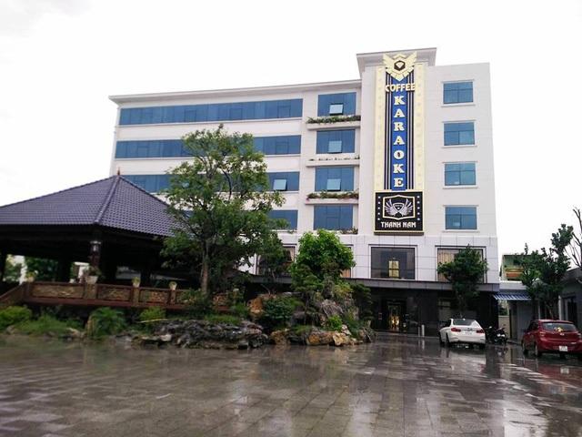 Nhà dịch vụ 6 tầng nằm trong tổng thể dự án không phép xây dựng, hiện đã xây dựng xong và được Công ty Thành Nam đưa vào khai thác dịch vụ karaoke và cà phê nhiều tháng nay.