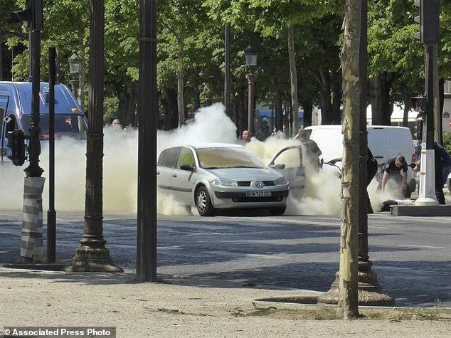 Chiếc xe phát nổ sau khi lao vào xe cảnh sát. (Ảnh: APP)