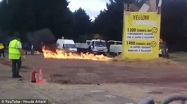 Một nguồn tin từ cảnh sát tiết lộ nguyên nhân dẫn đến vụ nổ có thể bắt nguồn từ xăng được sử dụng để châm lửa. Theo kế hoạch ban đầu, màn đốt hình nộm là một phần trong chương trình, dùng để kết thúc lễ hội thường niên ở Villepinte năm nay. Trong ảnh: Hình nộm tại lễ hội lúc chưa phát nổ (Ảnh: Youtube)