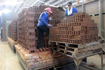 NLĐ ở Cty CP sản xuất vật liệu xây dựng Kim Sơn. Ảnh: P.V