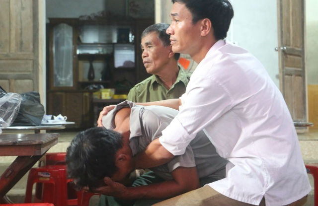 Ông Hà Văn Tân - bố của công nhân Hà Cao Kỳ gục ngã khi thi thể con được đưa về nhà