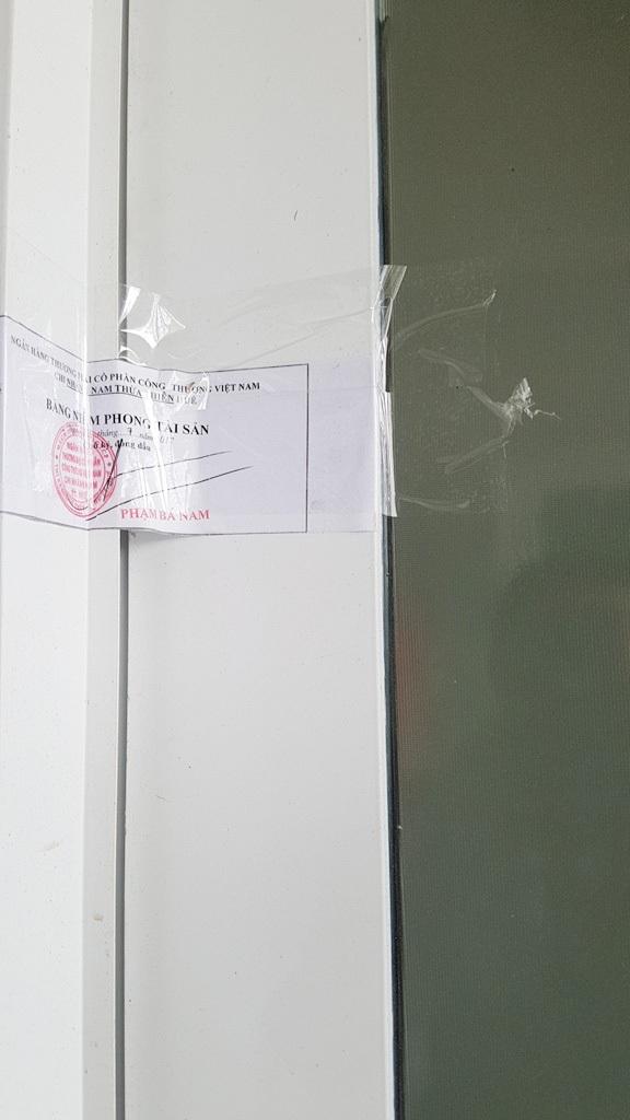 Các bảng niêm phong dán ở cửa phòng học trường Phổ thông Huế Star