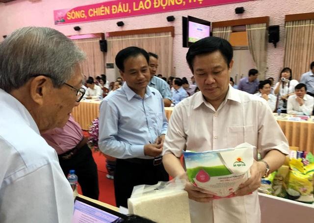 Phó Thủ tướng Vương Đình Huệ và chuyên gia nông nghiệp GS.TS Nguyễn Ngọc Trân trao đổi về nông sản