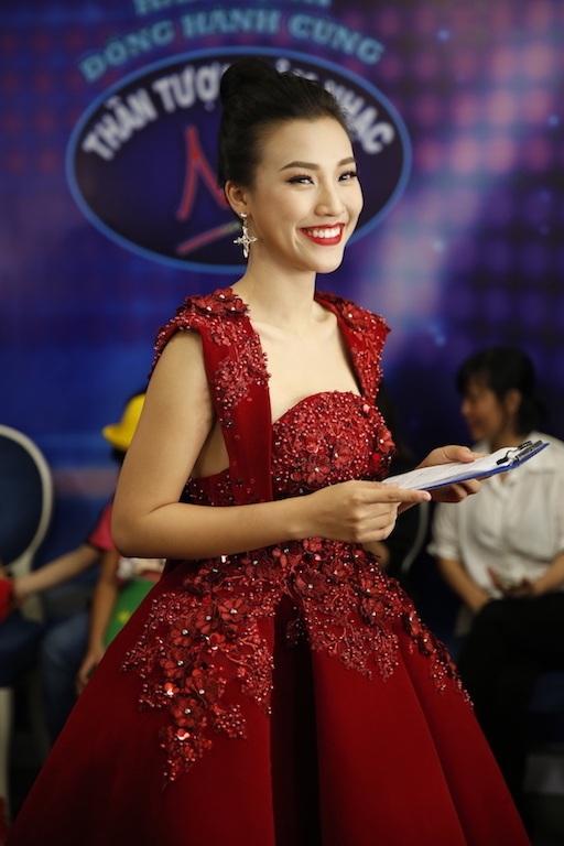 Hoàng Oanh đảm nhận phần dẫn dắt trong đêm thi cuối cùng.