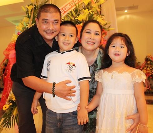 NSND Hồng Vân hạnh phúc bên chồng Lê Tuấn Anh và các con