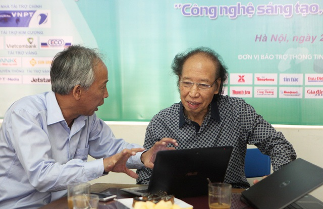 Ông Nguyễn Long - Chủ tịch Hội đồng sơ khảo trao đổi nhanh với nhà báo Phạm Huy Hoàn - Trưởng ban tổ chức Giải thưởng Nhân tài Đất Việt về tổng quan các sản phẩm dự thi năm 2017.