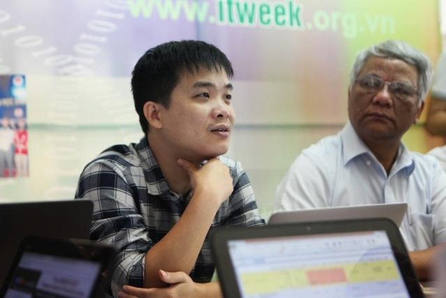 Mà còn có những thành viên rất trẻ nhưng rất tài năng như PGS-TS Lê Sỹ Vinh - Trưởng Khoa CNTT - Đại học Công nghệ - ĐH Quốc gia Hà Nội.