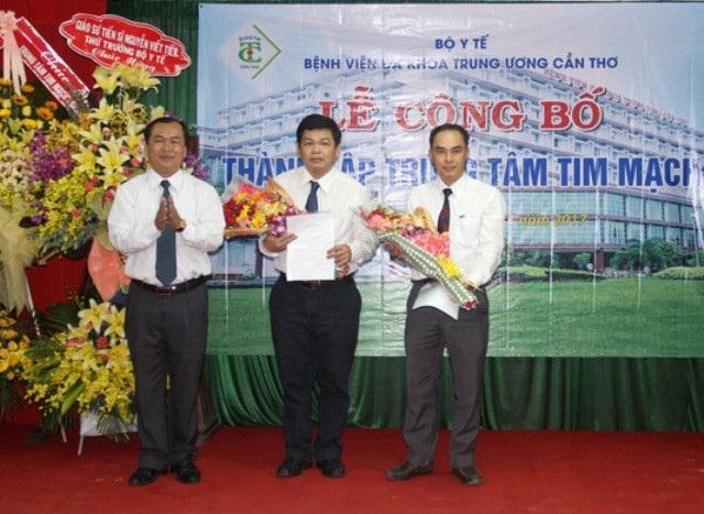 Bác sĩ Phạm Thanh Phong (giữa)- Phó giám đốc BV được phân công giữ chức giám đốc trung tâm tim mạch