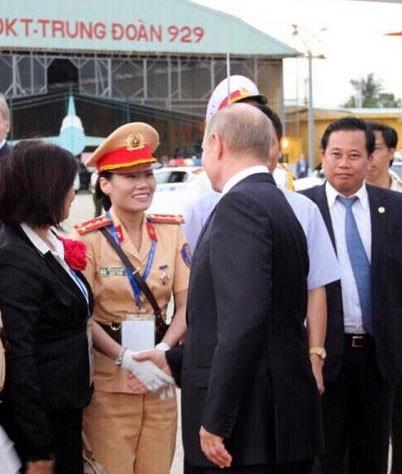 Tổng thống Putin bắt tay nữ CSGT Đỗ Thị Thu Thủy và nói lời cảm ơn trước khi rời Đà Nẵng