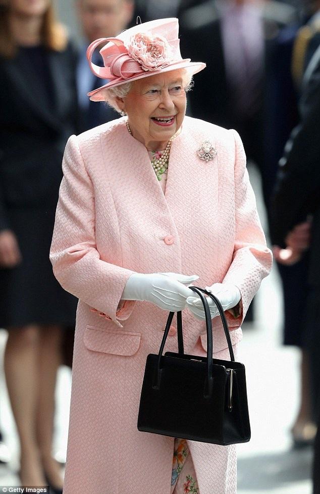 Theo chuyên gia nghiên cứu lịch sử Hoàng gia Anh - ông Hugo Vickers, đằng sau cách thao tác của Nữ hoàng với túi xách là những tín hiệu để những người đi theo phục vụ bà thực hiện.
