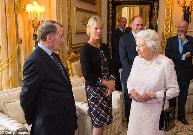 Thường những người đi theo phục vụ sẽ quan sát cách Nữ hoàng thao tác với túi xách và nhẫn để nắm bắt thông điệp. Khi đi ra ngoài, như một nguyên tắc lịch sự, Nữ hoàng sẽ không bao giờ đưa ra các yêu cầu của mình bằng lời.