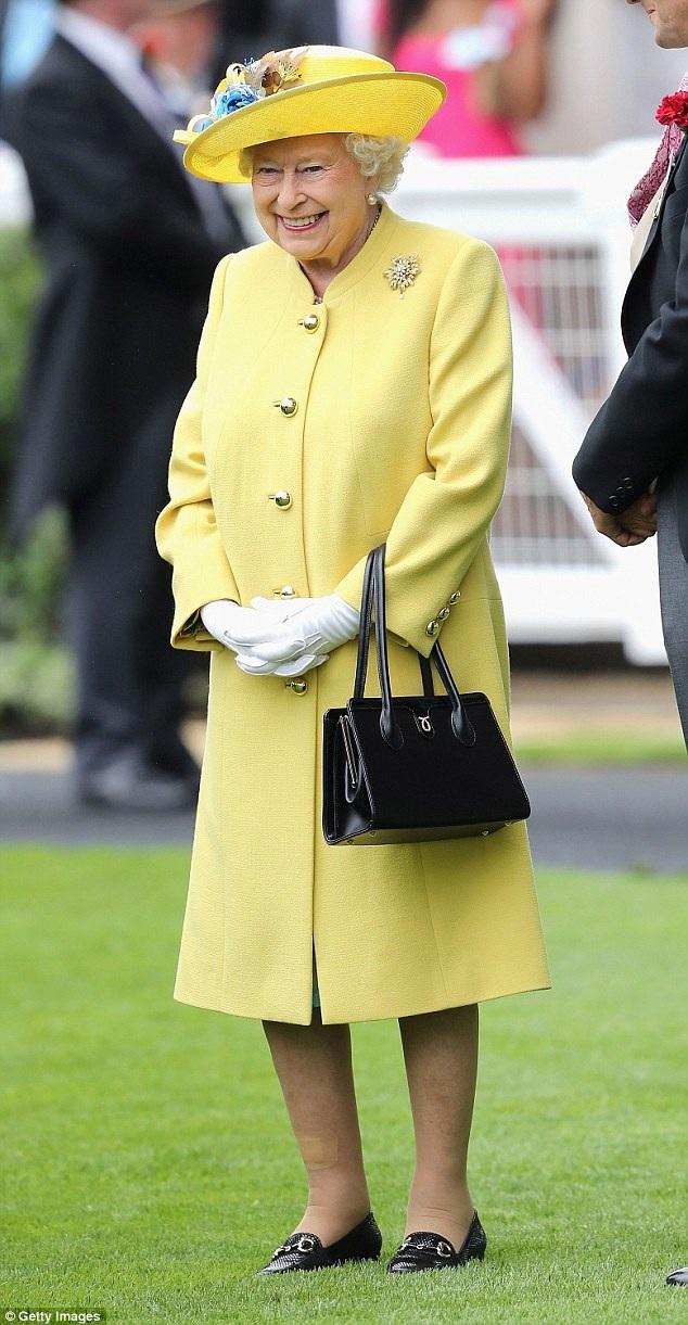 Nữ hoàng có một bộ sưu tập đồ sộ hàng trăm chiếc túi xách để đảm bảo bà sẽ luôn có được chiếc túi phù hợp đi cùng với các bộ trang phục đa dạng.