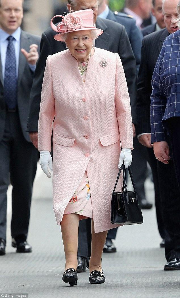 Đây là mẫu túi yêu thích nhất của bà, màu đen, quai dài, thiết kế sắc sảo, đặc biệt, miệng túi là khóa bấm, rất dễ mở. Nữ hoàng không thích túi xách khóa kéo.