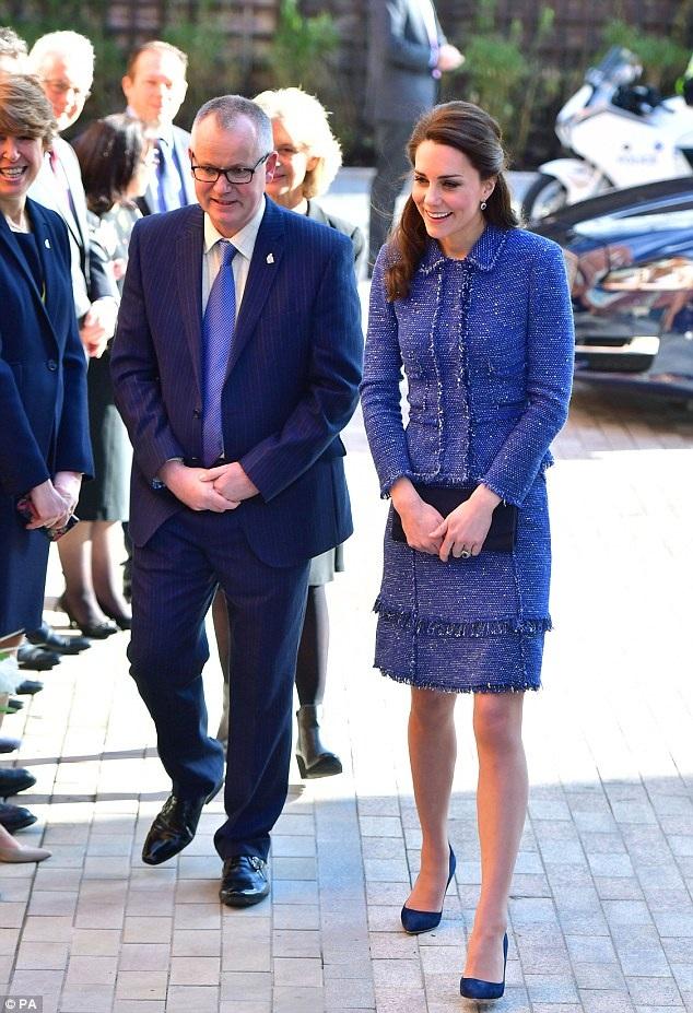 Công nương Kate thường sử dụng những chiếc sắc nhỏ cầm tay như thế này.
