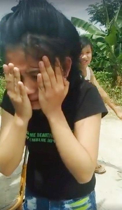 Dù ôm mặt khóc lóc vì bị tát nhiều lần vào mặt nhưng bạn gái áo đen vẫn không được bạn gái áo đỏ và người quay phát trực tiếp trên facebook buông tha. Đoạn clip phát có độ dài hơn 9 phút (ảnh cắt lại từ clip)