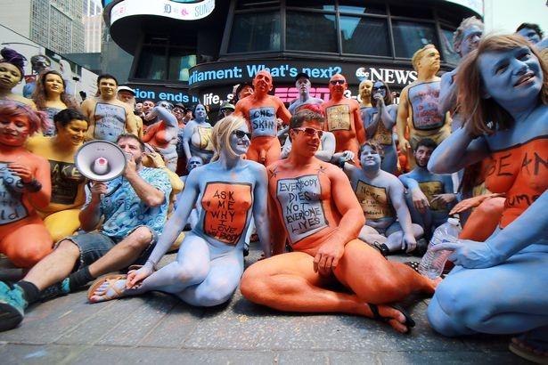 Du khách ngỡ ngàng chiêm ngưỡng hàng trăm người khỏa thân ở quảng trường Thời Đại - New York - 2