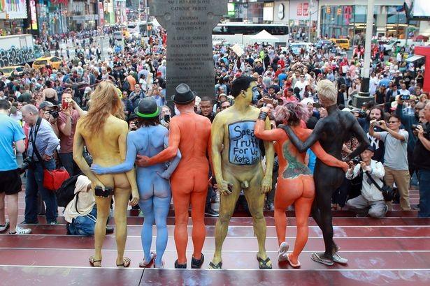 Du khách ngỡ ngàng chiêm ngưỡng hàng trăm người khỏa thân ở quảng trường Thời Đại - New York - 3
