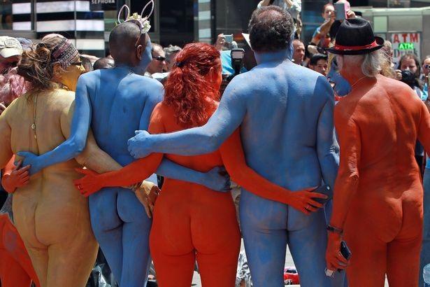 Du khách ngỡ ngàng chiêm ngưỡng hàng trăm người khỏa thân ở quảng trường Thời Đại - New York - 4
