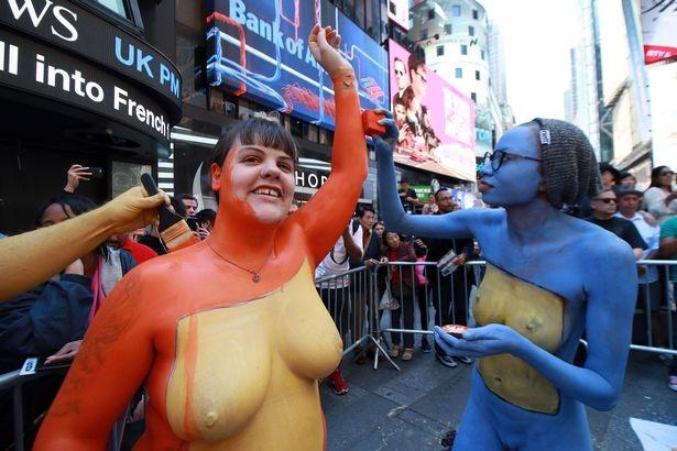 Du khách ngỡ ngàng chiêm ngưỡng hàng trăm người khỏa thân ở quảng trường Thời Đại - New York - 5