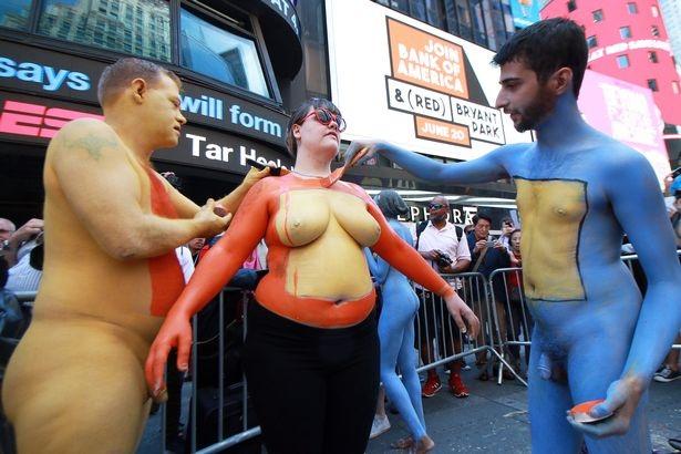 Du khách ngỡ ngàng chiêm ngưỡng hàng trăm người khỏa thân ở quảng trường Thời Đại - New York - 6