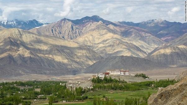Ladakh là sa mạc lạnh ở phía bắc của Ấn Độ, nằm giữa hai dãy núi cao nhất thế giới, dãy Himalaya và Côn Lôn.