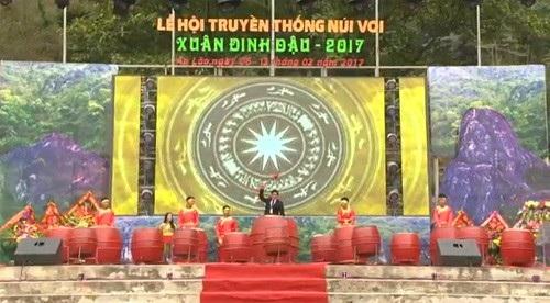 Ông Nguyễn Văn Thông, Chủ tịch UBND huyện An Lão đánh trống khai hội.