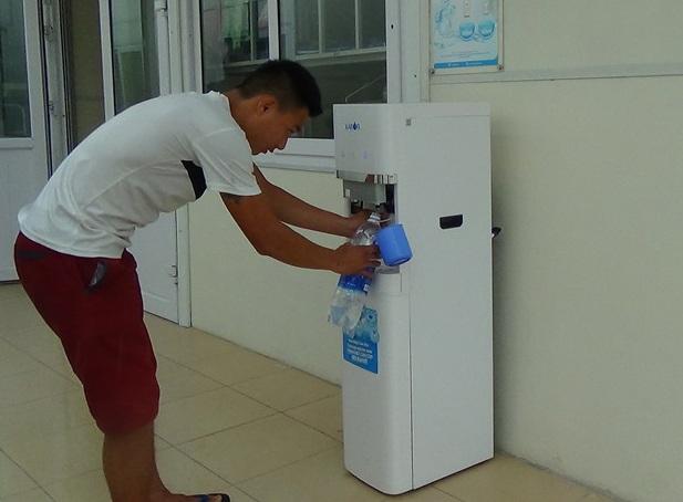 Bệnh nhân ở nhiều bệnh viện lớn được uống nước tinh khiết miễn phí - 2