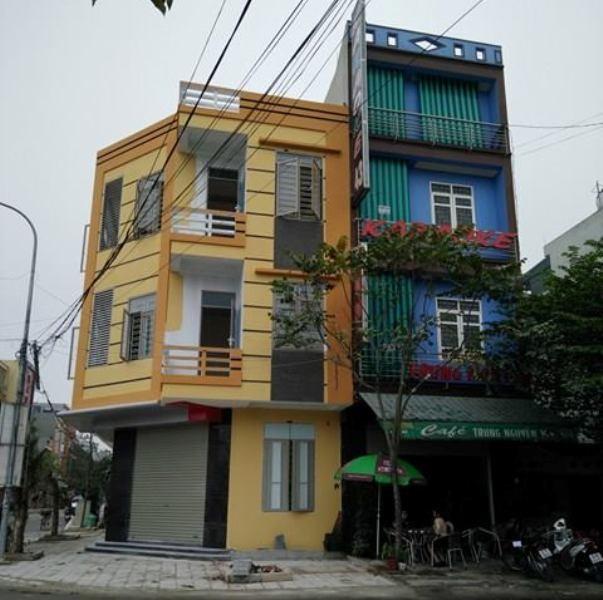 Dù UBND TP yêu cầu đình chỉ công trình của hộ ông Thành nhưng đến nay căn nhà đã cơ bản được hoàn thành (căn nhà màu vàng)