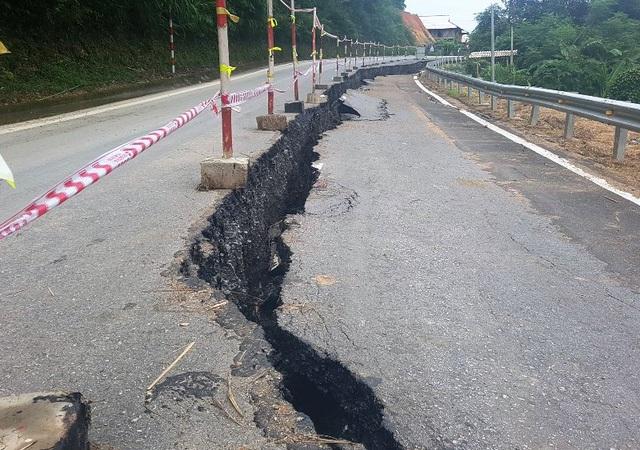 Quốc lộ 217, đoạn qua địa bàn huyện Quan Sơn (tỉnh Thanh Hóa) liên tục xảy ra hiện tượng nứt toác, kèo dài trên mặt đường. Tình trạng nứt, sụt lún trên quốc lộ vốn được đầu tư hàng chục triệu USD khiến người dân bức xúc. (Ảnh: Duy Tuyên)