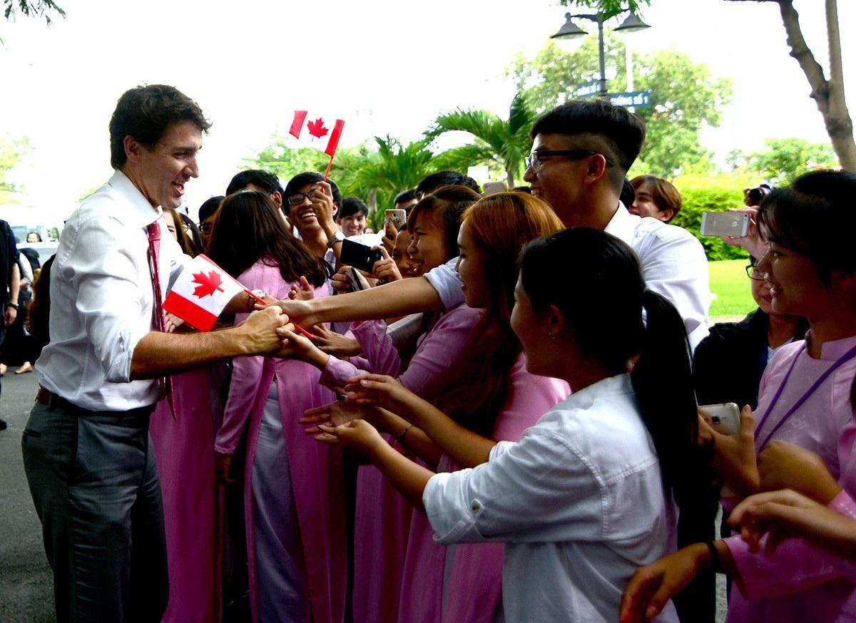 Hàng nghìn sinh viên chờ sẵn từ trước để gặp được vị Thủ tướng điển trai.