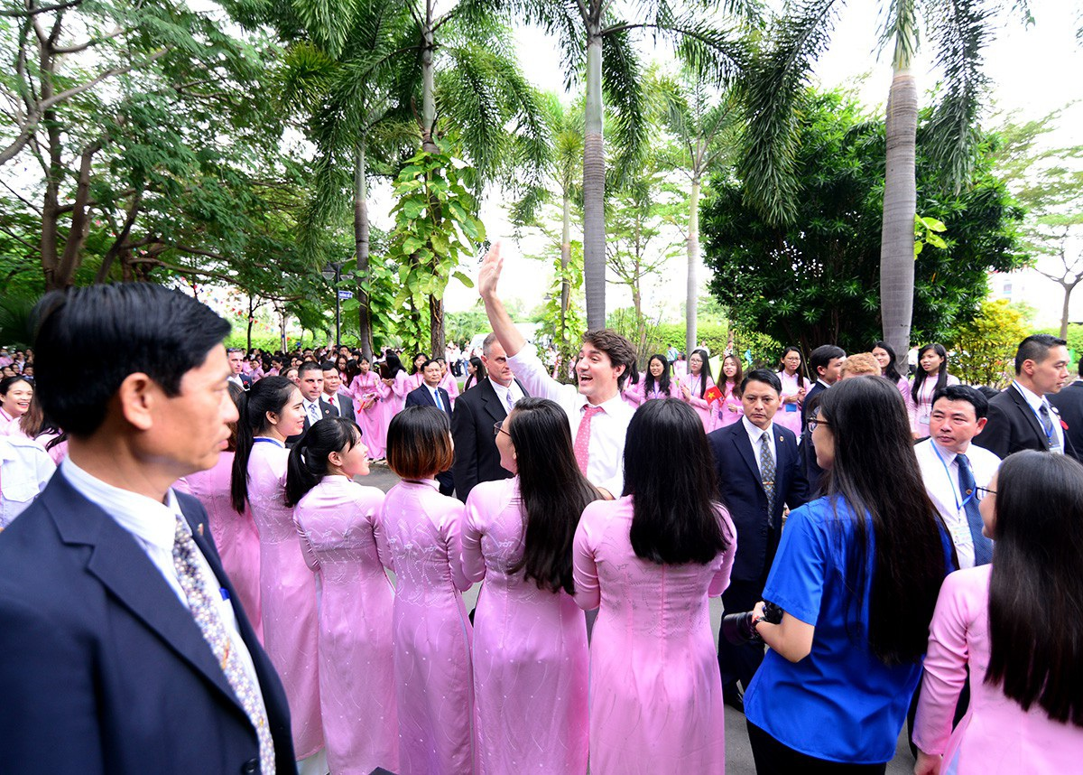 Thủ tướng Canada vẫy tay chào tạm biệt các sinh viên trường ĐH Tôn Đức Thắng.