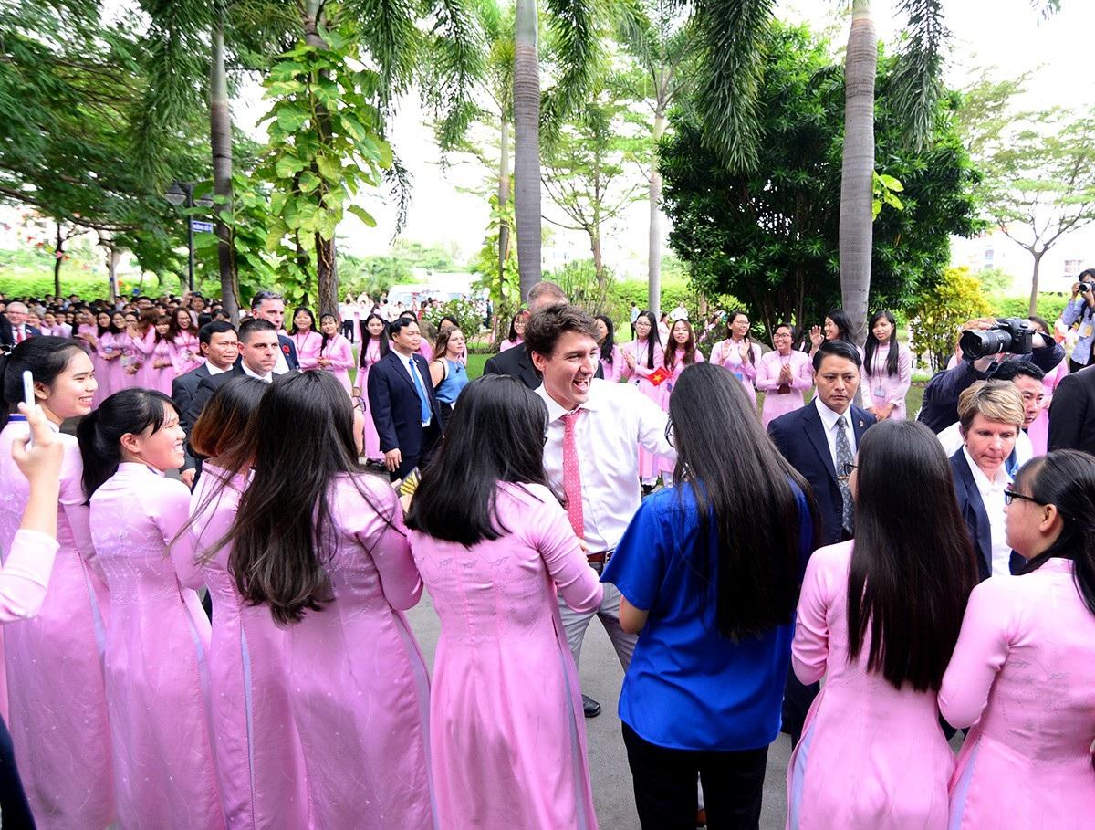 15h5 phút, Thủ tướng Justin Trudeau đã đến trường ĐH Tôn Đức Thắng trong sự chào đón nồng nhiệt của hàng nghìn sinh viên.