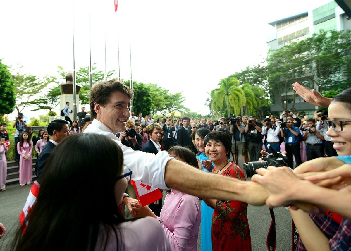 Vẻ thân thiện của Thủ tướng Justin Trudeau với các cán bộ, giảng viên và sinh viên