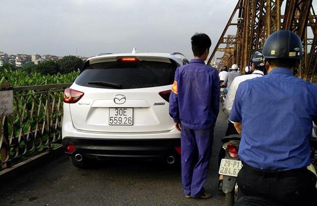 Chiếc xe ô tô leo cầu Long Biên ngày 23/11/2016. (Ảnh: Nguyễn Huỳnh Ca)