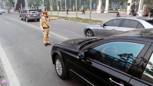 Ô tô lấn làn xe buýt BRT bị lực lượng CSGT Hà Nội xử phạt (Ảnh: Tiến Nguyên)