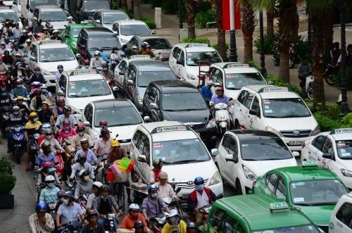 Rất nhiều loại ô tô, xe máy đã được bổ sung và điều chỉnh giá tính lệ phí trước bạ
