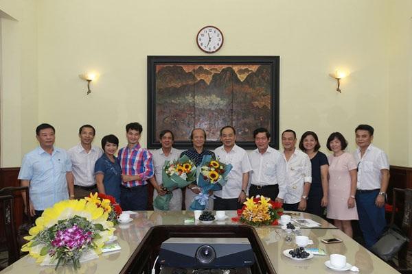 Lãnh đạo Bộ VHTT&DL trao quyết định nghỉ hưu cho ông Nguyễn Thế Vinh (áo xanh đen, cầm hoa đứng giữa) vào sáng 13/9.