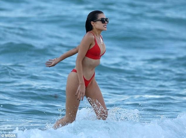 Olivia Culpo tung tăng khoe dáng ngọc trên bãi biển Miami ngày 19/10 và qua