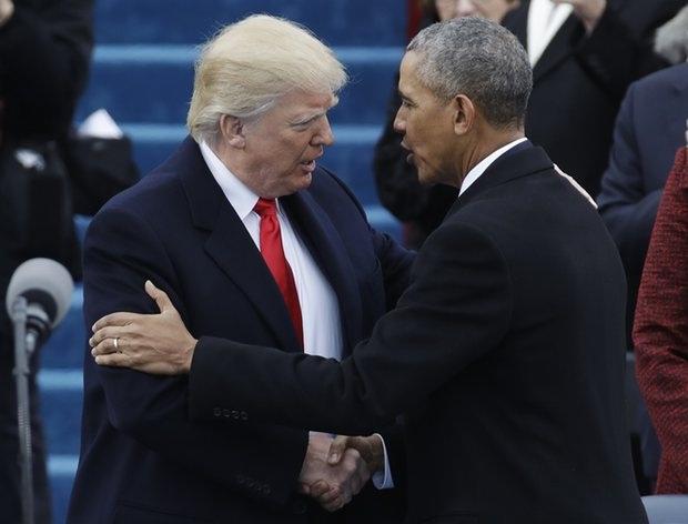 Ông Trump bắt tay Tổng thống Obama khi bước ra lễ đài. (Ảnh: AP)