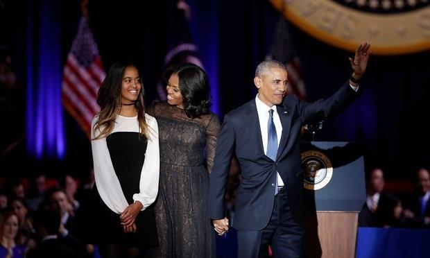 Tổng thống Obama cùng vợ và con gái chào tạm biệt mọi người (Ảnh: Reuters)